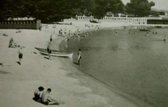 Tren yolu dibindeki Küçükyalı plajı…