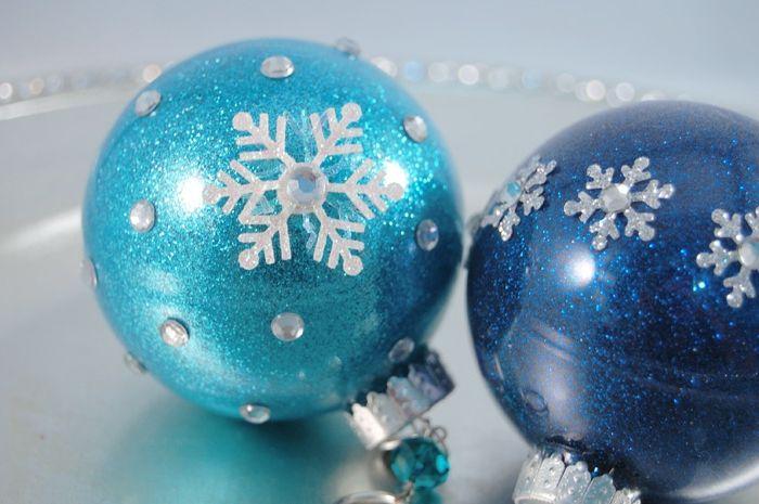 adornos navideños, esferas de cristal llanas de purpurina en dos tonos del azul, decoradas de copos de nieve relucientes