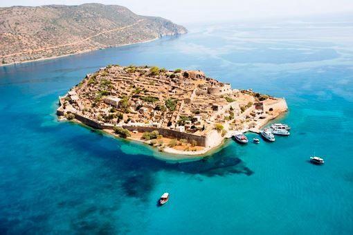 La isla de Spinalonga (en griego: Σπιναλόγκα), oficialmente denominada en griego Kalydon (Καλυδών), se encuentra ubicada en el golfo de Elounda en el nor-este de Creta, en Lasithi, cerca al pueblo de Elounda, Grecia.