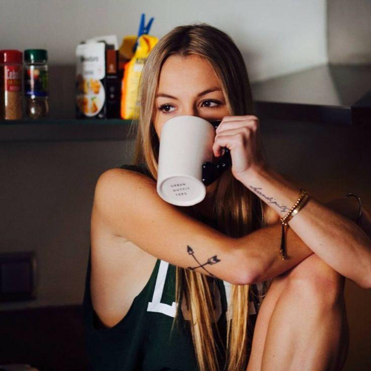 """Natasha Mass tiene un tatuaje de dos flechas cruzadas en el trícep y otro tatuaje que dice """"Serendipity"""" en su muñeca izquierda."""
