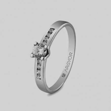 Sortija oro blanco 18kt con un diamante de 4mm en talla brillante de 0.25ct y 8 diamantes de 1.5mm en talla princesa de 0.16ct. Total 0.41ct (7410031): 1.300€. Bajo pedido. Plazo entrega 15-20 días http://www.lacasadeloscarrillones.blogspot.com.es/