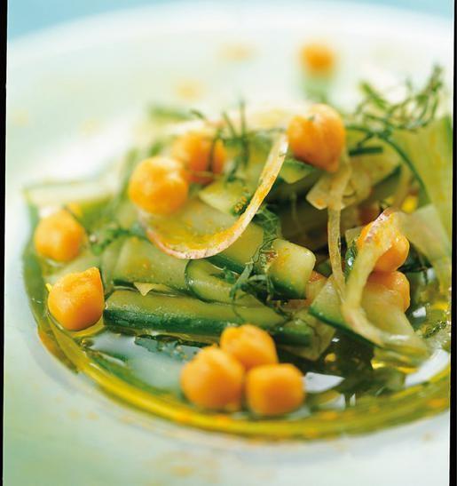 Σαλάτα+με+ρεβίθια,+αγγούρι+και+κουρκουμά