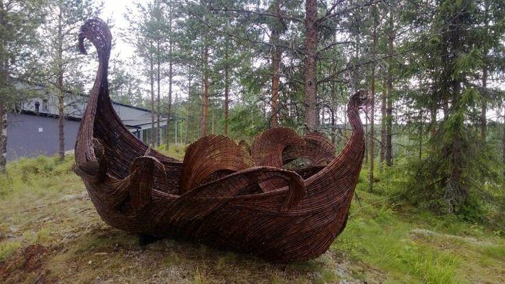 Messuilla veistotaidetta, kuvassa Jenni Tieahon Tuuliajolla, esite  http://www.sculptors.fi/web/wp-content/uploads/2013/07/asuntomessut-esite.pdf … @Asuntomessut #Hyvinkää pic.twitter.com/49myQ45YXb