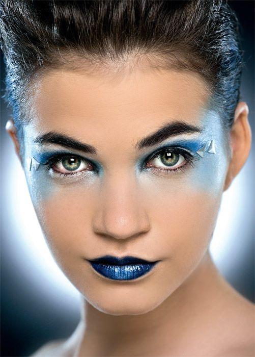 """SIDNEY. La tecnología y la modernidad son las claves de esta ciudad. """"El maquillaje azul profundo tuvo inspiración gracias a la extensión y profundidad del mar, donde se encuentra el Opera House de Australia. En él juegan diferentes tonos de azul esfumados que simbolizan la pasión, el sentimiento, el instinto y nuestra vida interior"""", explicó Maria Eugenia La Porta, quien maquilló para Avon."""