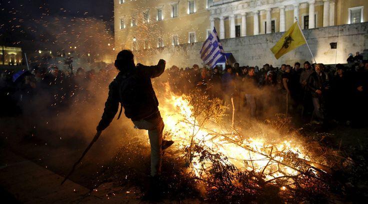 Grecia: recessione, scontri, rifugiati e nuovo bailout: il periodo più duro mentre l'emergenza si aggrava per gli ulteriori tagli alle pensioni e la violenta rivolta degli agricoltori.
