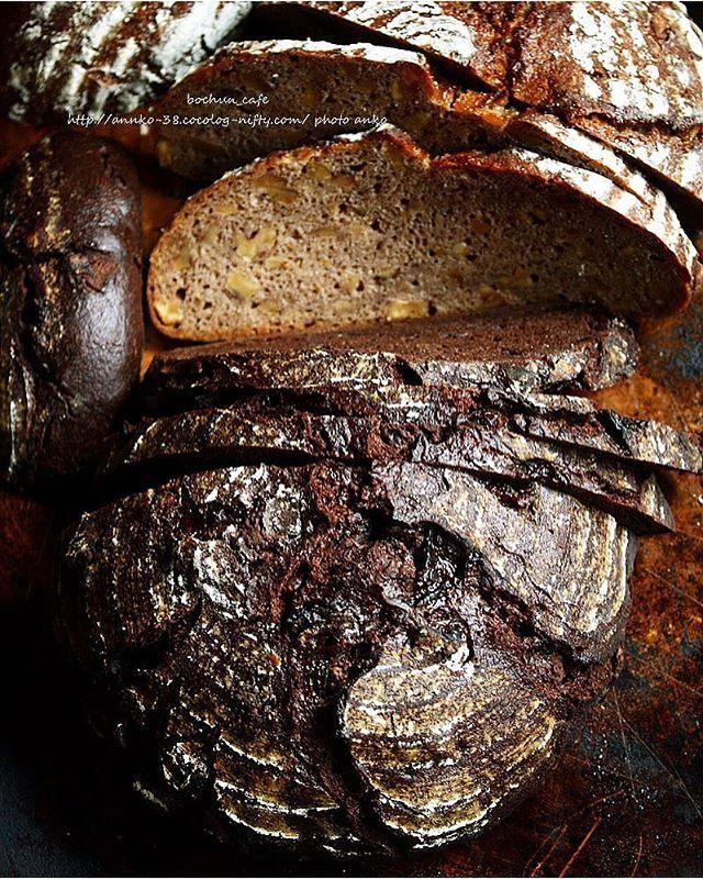 . Walnut rye bread and chocolate rye bread. Rye80%. /sourdough,  Apple yeast. . ライ麦ショコラと胡桃のライ麦パン。 . ライ麦ショコラは林檎と仲間達酵母。 胡桃のライ麦パンはライ麦ルヴァン液種。 どちらもライ麦80%配合ですが、 生地レシピは少しずつ違います。 . ライ麦ショコラ、日が経つほどに、 ライ麦と濃厚ショコラが馴染んでかなり好みです。 . ライ麦が濃厚に配合したチョコに負けてない。 . . 飲み込む時の総合的な香りがたまらん笑😂 . . .  ブログ更新しました(^-^). ライ麦ショコラと胡桃のライ麦パンの詳細等。 ライ麦ショコラの時間経過の感想等。 . #myrecipe#sourdough #sourdoughbread#ryebread#wildyeast#homebaker#chocolatebread#walnut自家製酵母 #国産ライ麦#ライ麦#チョコレート#洋酒漬け#胡桃 #季節の変わり目#偏頭痛