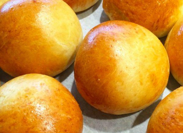 Teboller – de bedste! 20 stk. Sværhedsgrad: let Arbejdstid: 25 min Hævetid: 45 + 30 min Bagetid: 15 min Bolledej 50 g gær 2,5 dl lunken vand 2 æg, str M/L 5-600 g hvedemel 2 spsk sukker 1 tsk bordsalt evt. 1/2 tsk stødt kardemomme 200 g smør, smeltet og afkølet + 1 æg til …