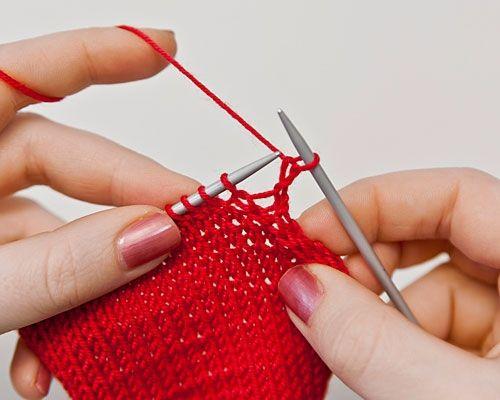 Möchten Sie innerhalb einer Reihe Maschen abnehmen, so stricken Sie jeweils zwei Maschen rechts oder links zusammen. Wir zeigen Ihnen hier, wie Sie an den Seitenrändern abnehmen.   Soll ein Strickstück an einer rechten Seite schmaler werden, nimmt man Maschen gleich zu Beginn der Hinreihen ab. Eine Randmasche rechts stricken.