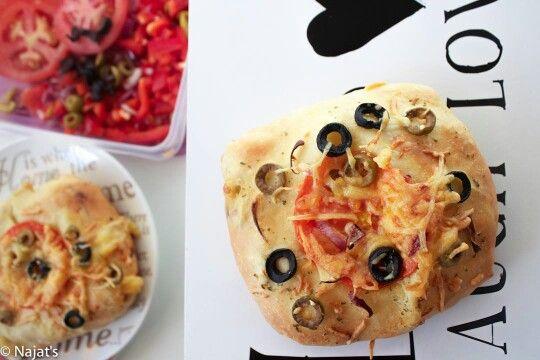 Deeg ingrediënten  - 350 gr bloem   - 1 tl zout - 1,5 tl gist - 2 el suiker - 45 gram roomboter - 1 ei (los geklopt) - 145 ml  melk ( baby warmte)  Vulling van het broodje:  - 2 Blikjes tonijn  - blikje tomaten puree - 1 rode paprika - 1 rode ui - hete groene olijven - cheddar kaas - kaas  Top van het broodje:  - kruiden boter- rode ui- tomaat- olijven- bruschetta kruiden- parmezaanse kaas (geraspt)- mozzarella kaas (geraspt)- gewone kaas (geraspt)  Stap 1: Mix alle deeg ingrediënten samen…