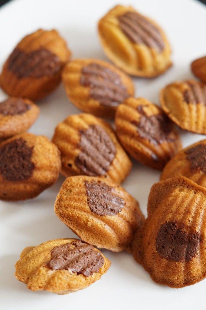 Een fingerlickingrecept vanTessa van de fijne blogiamcookingwithlove.nl:Nutella madeleines. Mix de eieren en de boter tot het een witte massa is.Voeg geleidelijk de bloem, suiker, melk, bakpoeder en 15 gram (1 eetlepel) Nutella toe.Leg een stuk plasticfolie op het beslag en zet de kom minimaal een uur in de koelkast. Verwarm de oven voor op 200 […]
