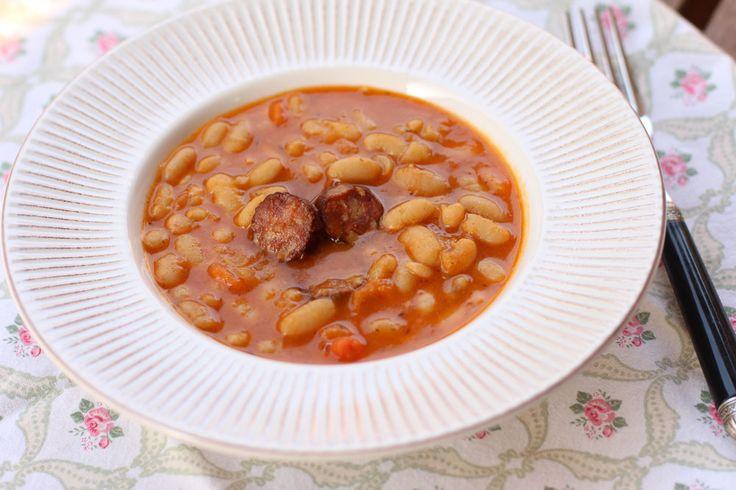 Iahnie de fasole cu carnati afumati, reteta de iahnie, fasole boabe, iahnie de fasole cu sau fara carne, carnati. Masainfamilie.ro