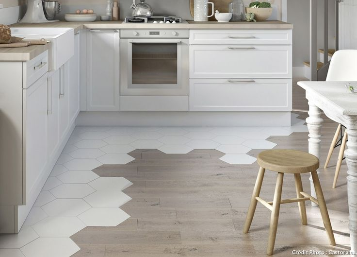 Carrelage hexagonal et parquet : un mariage de sol parfait pour une cuisine ouverte à la fois jolie est pratique !