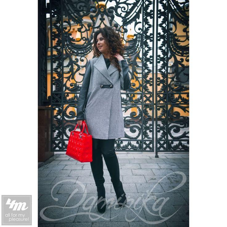 Пальто Daminika «L.A 61602 P»  Перейти на страницу товара: http://lnk.al/2PZc  Еще одна великолепная новинка от Daminika – стильное и интригующее пальто «L.A.» Такое название выбрано не зря, ведь настолько стильную вещь предпочитают самые модные девушки солнечного и прекрасного Los Angeles (одного из самых модных городов мира … ) Прекрасный А – образный силуэт, кожаные рукава и воротник стоечка переходящая в лацкан  - идеально подчеркнет Вашу индивидуальность и неоспоримый вкус к моде…