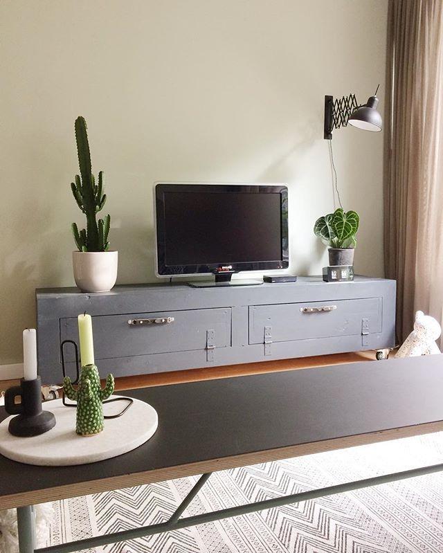 25 beste idee n over muur achter tv op pinterest tv galerij muren kleine zolderruimtes en - Tv staan kleine ruimte ...