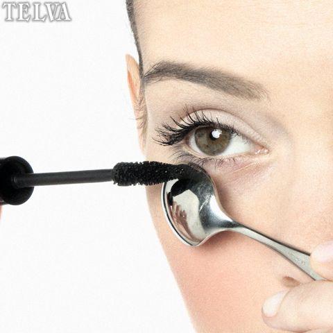Paso 2 Pasa la máscara de pestañas de raíz a puntas, sin miedo a mancharte la zona de la ojera y aumentar la sensación de cansancio