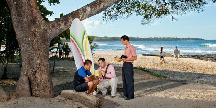 Testigos de Jehová predicando en la playa Tamarindo, en Costa Rica