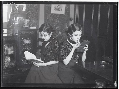 Martin Munkacsi - Daisy and Violet Hilton, Birmingham, 1932
