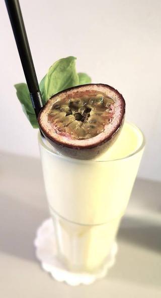 YOGHURT-COLADA: En nordisk variant av pina colada. Her er det brukt akevitt, yoghurt med melon& pasjonsfrukt, fjellhonning, jus og sitron. Drinken er signert barsjef på Bristol Hotel, Øyvind Rage. Foto:ARCUS