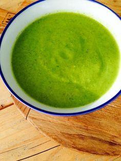 detox soep Wat heb je nodig voor een pan detox soep?  soeppan en staafmixer (blender kan eventueel ook)      0,6 liter water     1 ui, grof gesneden     1 teen knoflook, geperst     1 stronk broccoli, in stukken     flinke hand rucola     1/2 komkommer, geschild     sap van een halve citroen     kleine avocado, zonder schil     zeezout     peper