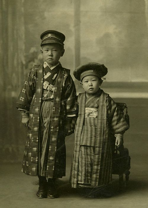 Akira Kurosawa (right) with his brother, Heigo. (c. 1913)