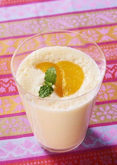 凍らせた黄桃(缶)と 明治ブルガリアヨーグルトLB81プレーンと合わせることで簡単にスムージーを作ることができます。