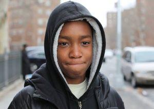 La imagen de un chico de 13 años del barrio más pobre de Nueva York se convierte en un fenómeno viral en Facebook. El fotógrafo del blog  Humans of New York  investigó su historia y comenzó una campaña de micromecenazgo para que pudiera viajar a la universidad de Harvard.