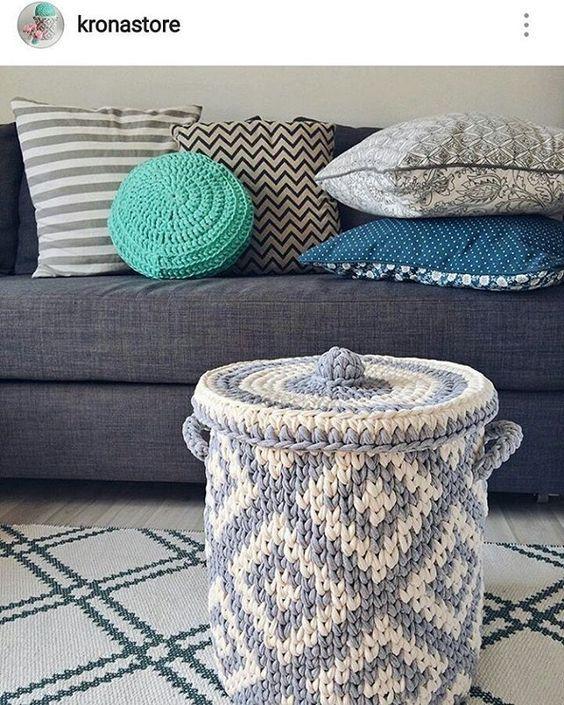 Apaixonada neste cesto com tampa! #crochet #croche #handmade #tapete #fiodemalha #feitocomamor #feitoamao #trapilho #totora #knit #knitting #alfombra #decor #cestoorganizador #cesto #basket:
