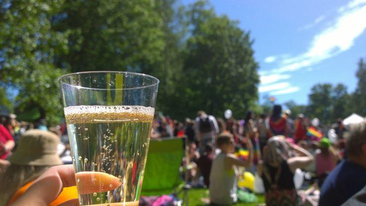 Saippuakuplia ja sateenkaarilippuja  |  Joskus sitä pystyy yllättämään itsensäkin. Minä löysin itseni lauantaina Helsinki Pride-juhlista Kaivopuistosta, jonne seksuaali- ja sukupuolivähemmistöjen kulkue päättyi ja bileet ihmisoikeuksien ...