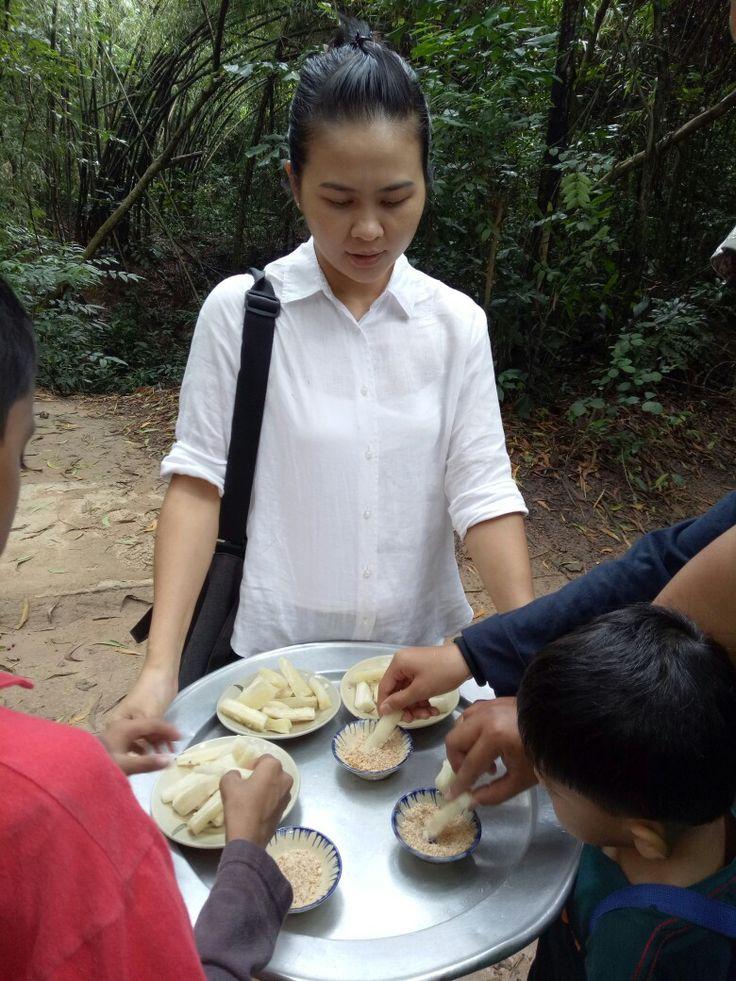 Makan ubi kayu cicah kacang...  Makanan masa perang Chu Chi Tunnel, Vietnam