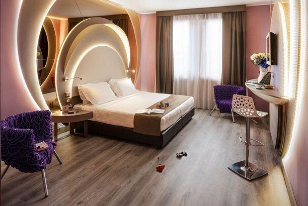 Apre l'Hotel Da Vinci Milano 4 stelle situato nella zona nord-ovest di Milano Prestigioso complesso immerso in un giardino privato di 20.000 metri quadri L'Hotel dispone di 307 camere totali distribuite su 8 piani. Sono disponibili tutte le tipologie incluse triple e quadruple, camere per famiglie e Suite che possono ospitare fino a 4 persone