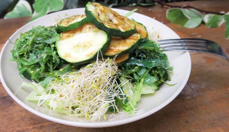 Salade met alfalfa, courgette, zeewier, ijsbergsla en komkommer