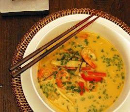 Zuppa thai al curry, latte di cocco e gamberi
