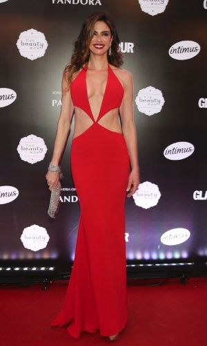 Luciana Gimenez usa vestido decotado e com recortes no prêmio Geração Glamour, em São Paulo