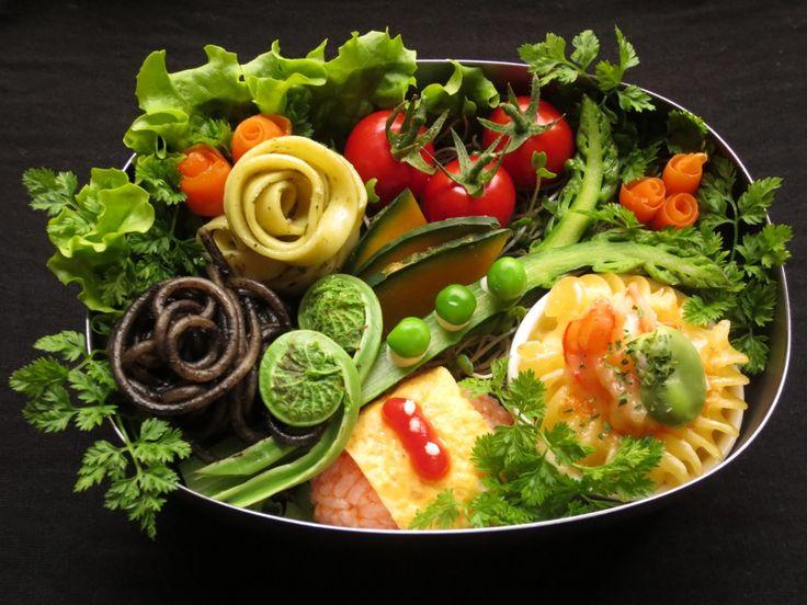 Kaoru's pasta bento. One of our TOP 20 Finalists. Japan.  お弁当の中身 #イカスミのパスタ、ジェノベーゼフィットチーネ、海老と空豆のフジッリチーズココットグラタン #ミニオムライス #プチトマト #蒸し野菜 [アスパラ、カボチャ、グリーンピース、こごみ、人参] こだわったこと *ピクニックで食べたいお弁当を考えて見ました。*お花畑をイメージして盛り付けました。