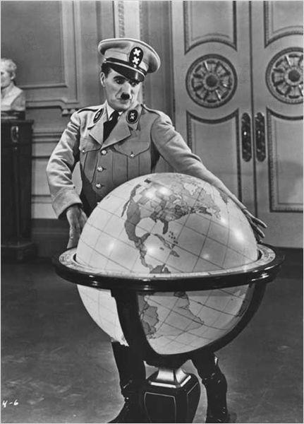 Le Dictateur 1940 - Dans le ghetto juif vit un petit barbier qui ressemble énormément à Adenoid Hynkel, le dictateur de Tomania qui a décidé l'extermination du peuple juif. Au cours d'une rafle, le barbier est arrêté en compagnie de Schultz, un farouche adversaire d'Hynkel...