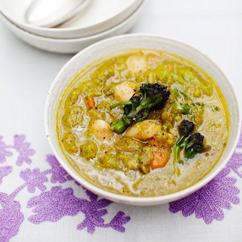 Deze romige soep zit bomvol groenten. Broccoli, bleekselderij, wortels en limabonen vormen de basis voor deze makkelijke soep. In een oogwenk op tafel!    1. Fruit deknoflook en uisnippers goudgeel; bak dande wortels, bleekselderij en...