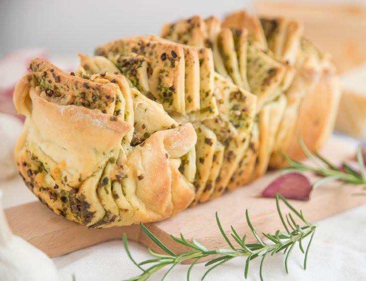 Dieses Brot sieht toll aus, schmeckt wahnsinnig lecker und geht ganz schnell. Es passt zu deftigen Grillabenden, leckeren Dips oder als Snack zwischendurch.