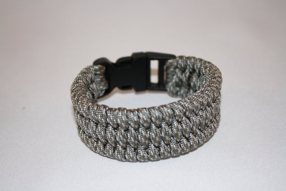 paracord bracelet with fish tail weave