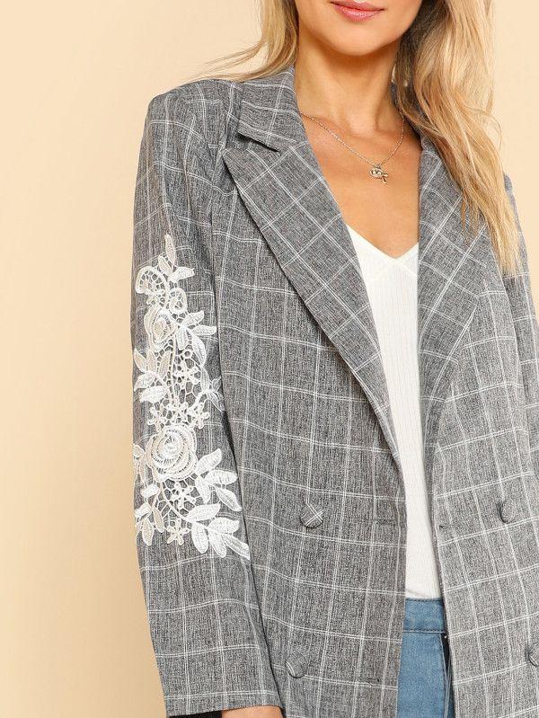 Модное пальто на кнопках с кружевной аппликацией