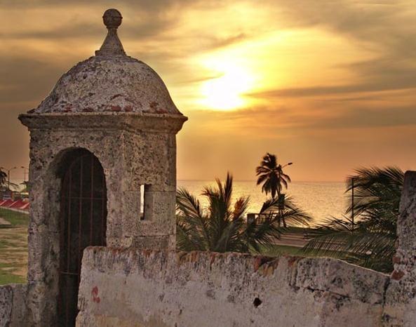 CARTAGENA: UNA CIUDAD DE HISTORIA Y ROMANTICISMO. Un destino para disfrutar de la historia, la arquitectura colonial y del romanticismo de sus calles. Catalogada como patrimonio de la humanidad por la Unesco, esta maravillosa ciudad es un lugar mágico para gozar de unas excelentes vacaciones; sus playas, el centro histórico y las murallas del castillo de San Felipe hacen de esta ciudad el destino ideal.