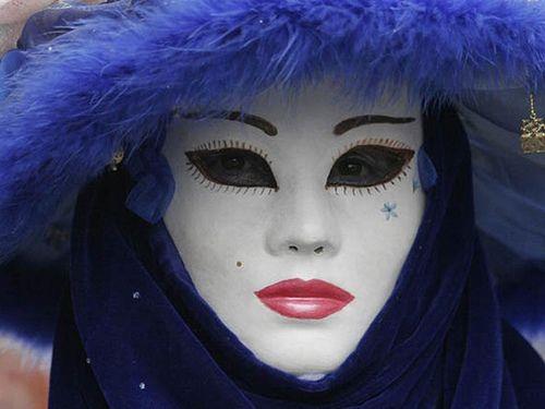 El Carnaval de Venecia fascina con la elegancia de sus bellos colores y la elegancia de sus máscaras misteriosas. Sus participantes saben recrear un mundo fantástico con sabor a literatura y aires románticos donde la belleza es un estandarte y los sentimientos exaltados no tienen lugar. Nada menos que desde el siglo XI proviene este Carnaval de Venecia que aún hoy nos asombra y deleita con su rica creatividad. Cada año, coincidiendo con el comienzo de la cuaresma, comienza el desfile de…