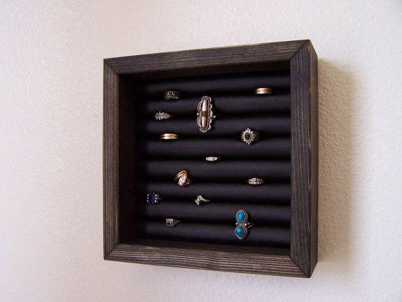 Ce support de bague petite Tenture murale détient environ 40 anneaux. Lanneau afficher mesures 8 pouces par 8 pouces et est 2 5/8 pouces de profondeur. Le détenteur de lanneau vient dans une variété de couleurs et correspond à tous nos organisateurs de bijoux que lon peut voir ici : https://www.etsy.com/shop/barbwireandbarnwood?ref=si_shop Livré prêt à accrocher. Bijoux non inclus.