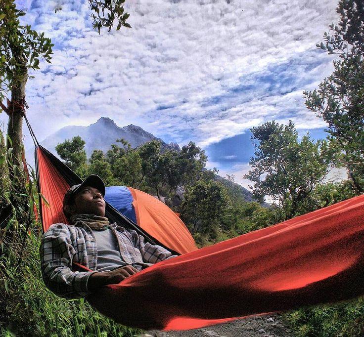 Orang orang sili berganti mengisi hidup ini Datang.. lalu Pergi.. Hingga suatu saat nanti pasti akan ada yang Datang.. lalu tetap Bersama.. Dan akhirnya semua lenyap. Aiih waktu kok terasa semakin cepat berlalu  #nature #hammockersindonesia #hammocklife #mountain #snapseed #sajakindah #bluesky #camping #parapejalan #traveler #alamindonesia #backpacker by @bozzfardan