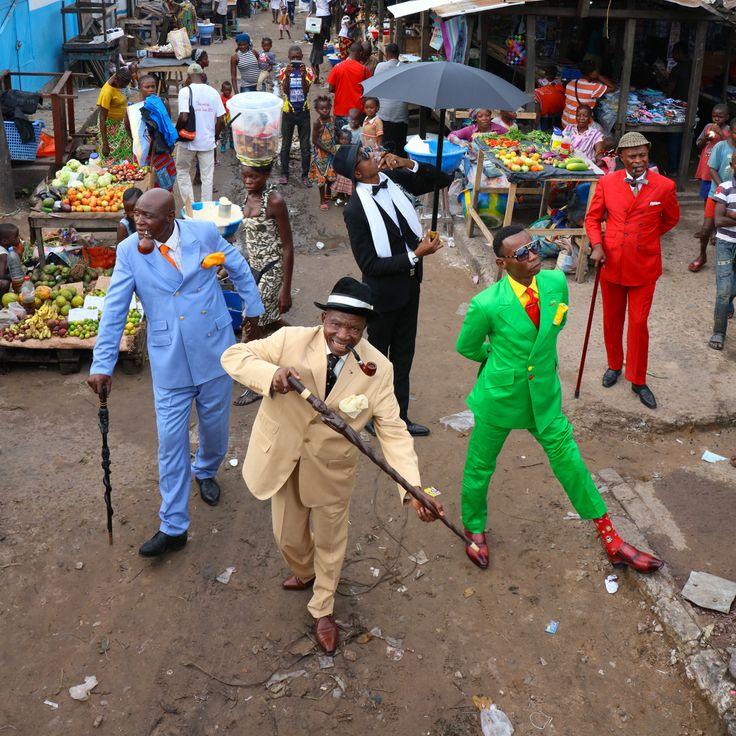 世界一エレガントなコンゴのお洒落者集団・「SAPEUR」の最新撮り下ろし写真集。世界最貧国・コンゴで、わずか3万円ほどの月収をやりくりしながら高級ブランドのスーツに身を包み、エレガントなステップでストリートを闊歩する世界一お洒落な集団、SAPEUR(サプール)。NHKのドキュメンタリー番組などで取り上げられ、大きな話題になった彼らを沖縄在住のカメラマン・茶野邦雄が現地コンゴに飛び込み命がけで撮り下ろしたのがこの写真集。「ファッションとは自分らしさを表現すること。無駄な争いで服を汚したりしないのさ! 」来日したサプールの一人セヴラン・ムエンゴさんはそう語る。いつまでもこの熱い想いをこの写真集で残しておきたい一冊です。