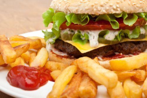 Tante le iniziative per limitare il consumo di #junkfood nei più piccoli