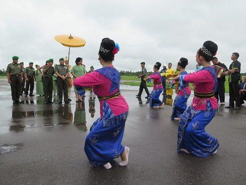Pangdam XII/Tpr Mayjen TNI Agung Risdhianto, M.D.A. bersama isteri tiba di Bumi Khatulistiwa, di Lanud Supadio disambut dengan tradisi adat Melayu Tepung Tawar dan Tarian adat Dayak./ dd