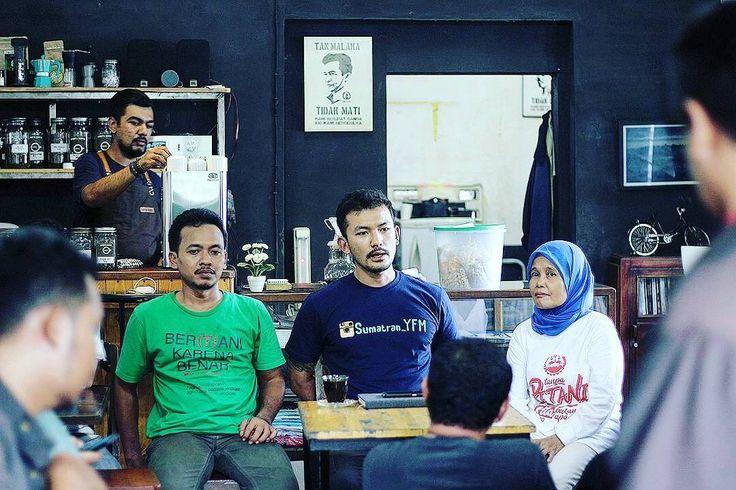"Regram from @spipetani . #RiokeMekarJaya : Kamis (08/12) 16.02 WIB rangkaian kunjungan @riodewanto ditutup di @omertakoffie Medan. Di kedai kopi ini Rio bersilaturrahmi dengan para pecinta kopi lokal sekaligus para jurnalis untuk memaparkan pengalamannya selama berkunjung memberikan kepada #petani #SPI dan menginap di Desa #MekarJaya Kecamatan Wampu Kabupaten #Langkat #SumateraUtara . ""Petani di Mekar Jaya mengalami krisis pangan karena kehilangan sumber penghidupannya lahannya yang ditanami…"