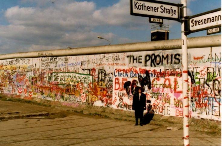 Η Αφροδίτη Μάνου στο τείχος του Βερολίνου το '89