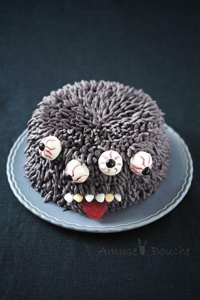 Pour réussir la fourrure de ce monstre d'Halloween, une simple crème mousseline (crème pâtissière + beurre) colorée suffit. Une fois tout le gâteau recouvert, ne reste qu'à y planter des yeux/cake pops recouverts de chocolat blanc, injectés de sang, avant de finaliser le tout avec des b...