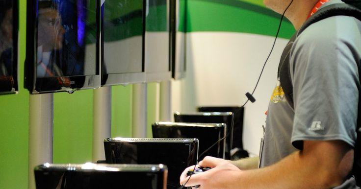 Cómo conectar la Xbox 360 a una TV Samsung LCD. Tu consola de juegos Xbox 360 puede conectarse a una variedad de televisores si tienes los cables apropiados. Si bien la forma de conectar tu consola a tu TV Samsung LCD variará según el modelo de tu equipo, el proceso en general es bastante simple y no te llevará más que un par de minutos, lo que significa que estarás jugando en poco tiempo.